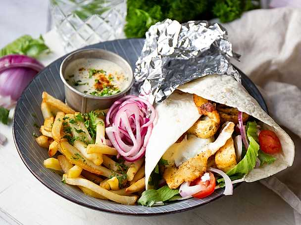 Halloumikebab med hemgjord kebabsås och picklad lök