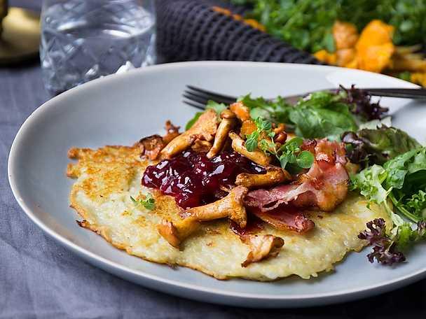 Halloumiraggmunk med bacon, smörstekta kantareller och rårörda lingon