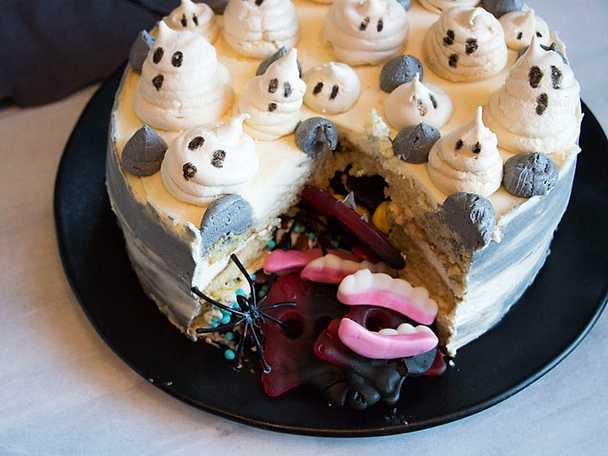 Halloweentårta med godisgömma och spökmaränger