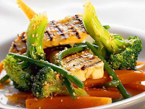 Halstrad fisk på grönsaksbädd