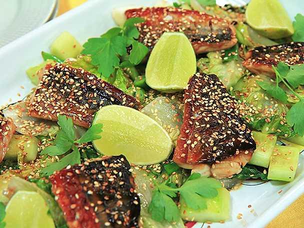 Halstrad makrill med teriyakisås och stekt sallad