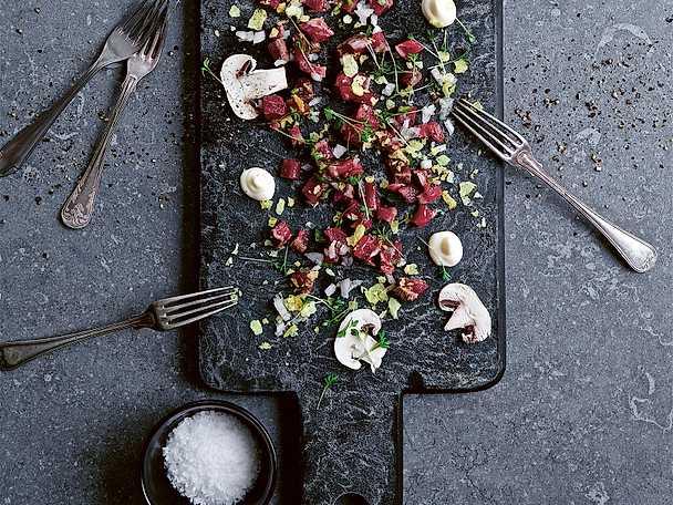 Halstrad oxtartar med ostronemulsion, grön chili, inkokt schalottenlök och krasse