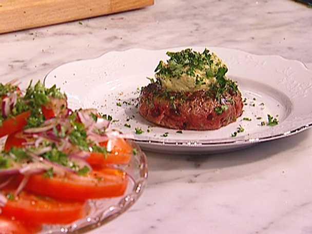 Halstrad råbiff med persiljesmör och tomatsallad