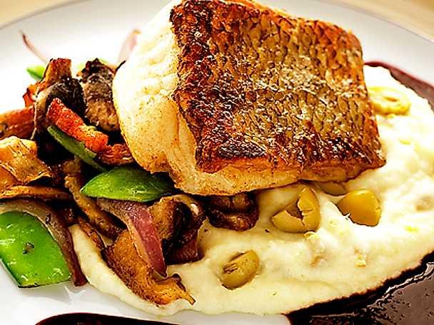 Halstrad torsk med ljummen svampsallad, olivpotatispuré och rödvinssås