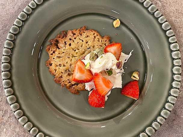 Havreflarn med mascarponekräm, pistage och jordgubbar