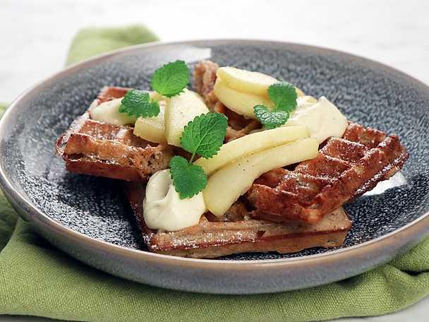 Havrevåfflor med kardemumma och äppelkompott