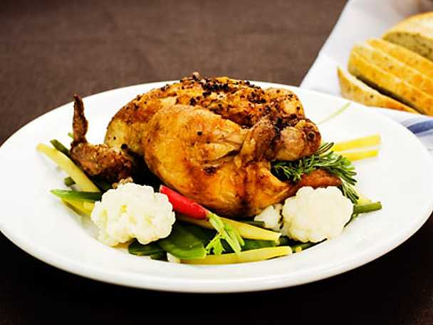 Hel grillad kyckling med färska örter, citron och vitlök