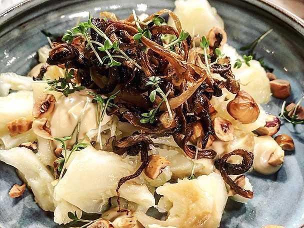 Helbakad rotselleri med ostronskivling, rostade hasselnötter och soyamajonnäs