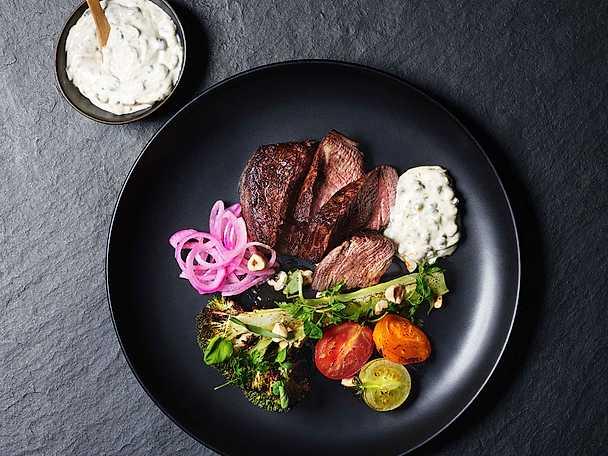 Hellman's och Mailles Vitlöksstekt oxfilé med rostade grönsaker, ingefärssyltad rödlök och hasselnötter serverad med kaprisdijonaise