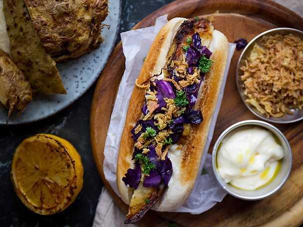 Helrostad rotselleri med bröd toppad med spetskål och tryffelmajonnäs