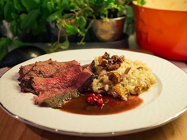 Helstekt älgfilé med kantarellrisotto samt lingon- och rödvinssås
