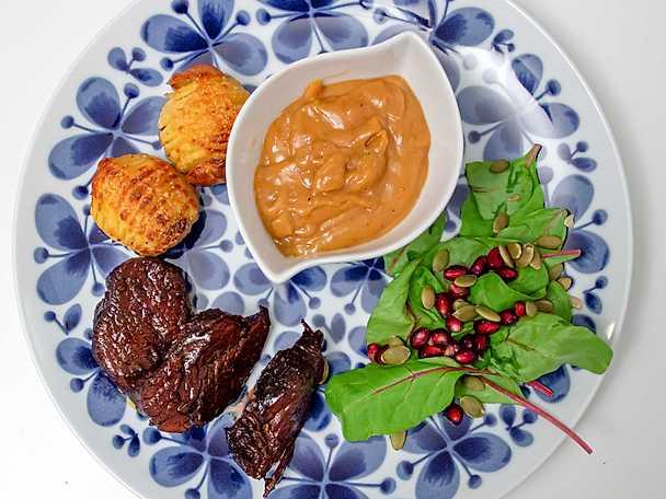 Helstekt fläskfilé, hasselbackspotatis och mango chutney-sås
