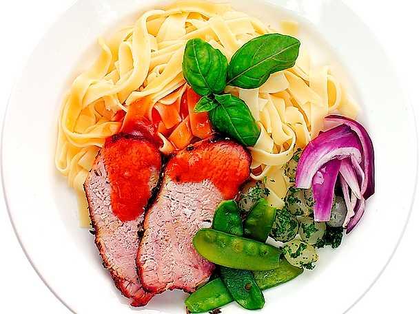 Helstekt fläskytterfilé med pasta och grönsaker