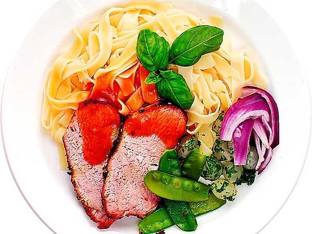 Helstekt fläskytterfilé med pasta och rödvinssås