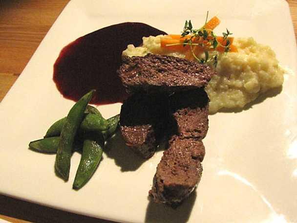 Helstekt renrostbiff med palsternackspuré och vinbärssky