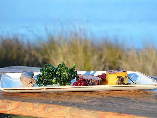 Helstekt vicentfilé, vildsvinskorv, potatisfondant och friterad grönkål