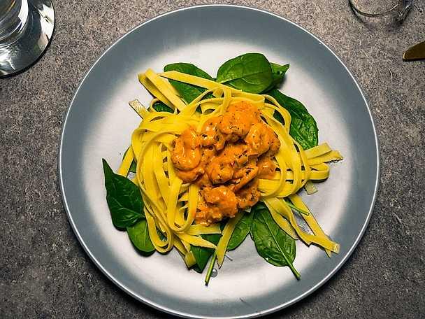 Hemgjord pasta med krämig räksås
