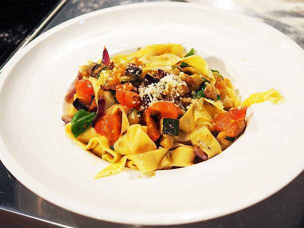 Hemgjord pasta med medelhavsgrönsaker