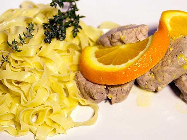 Hemgjord tagliatelle med fläskfilé i apelsinsås