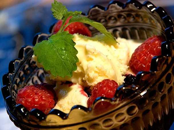 Hemgjord vaniljglass med björnbärssås