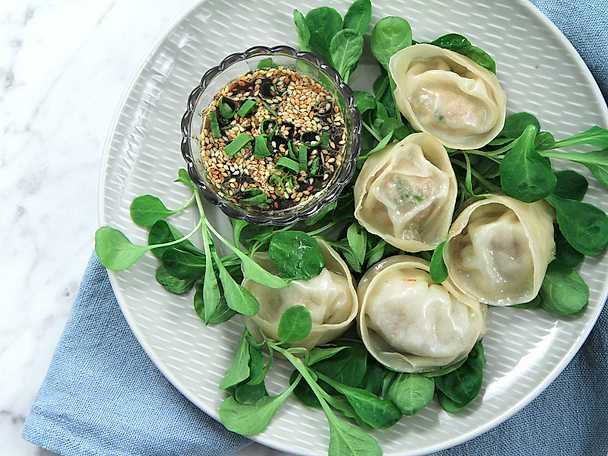 Hemgjorda dumplings med sötsyrlig sojadipp