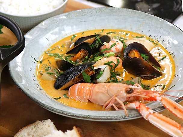 Het fisksoppa med vitt vin och skaldjur