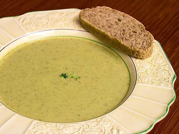 Het höstsoppa på nyskördad broccoli