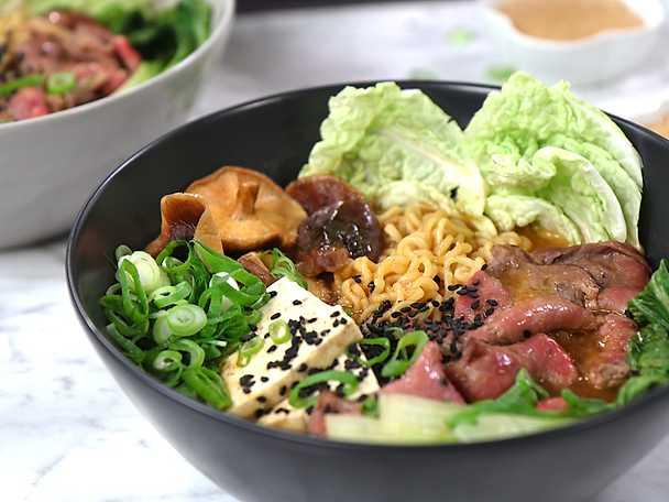 Het koreansk biff ramen med sesamdipp