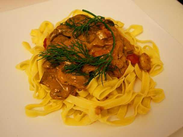 Het räkgryta med färsk pasta