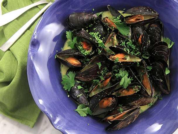 Heta asiatiska musslor i grön curry