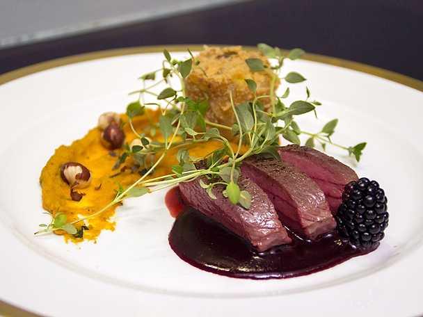 Hjort med potatistorn, butternutpumpapuré och björnbärssås