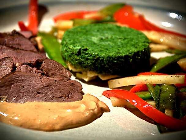 Hjortfilé med grönkålstimbal, Madeirasås och grönsakssymfoni på rotselleri, sockerärtor och röd paprika