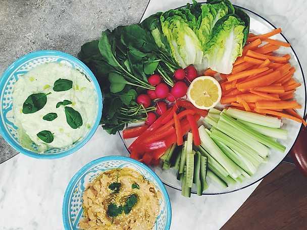 Hummus och fetakräm med grönsaker att dippa