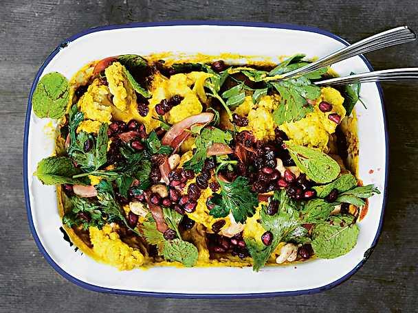 Indisk blomkålsgratäng med granaptäppelsallad