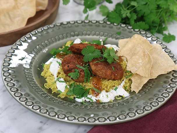Indiska morotsbiffar med pilaffris, chutney och papadums