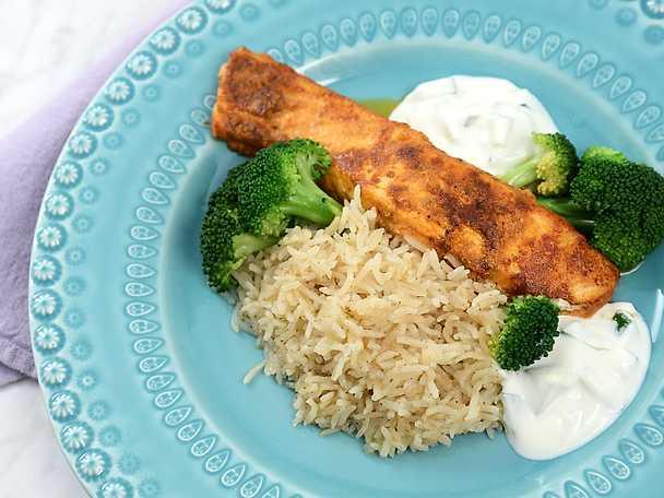 Indiskt kryddad lax med ris och yoghurtsås