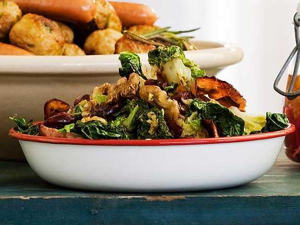 Ingelsta Varm grönkålssallad med kalkonbacon, valnötter och tranbär
