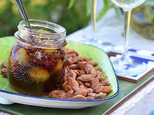 Inlagda oliver med fänkål och rosépeppar
