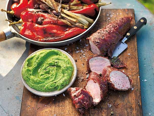Inlindad fläskfilé, sötsyrlig spetspaprika med oliver och salladslök och ärtguacamole
