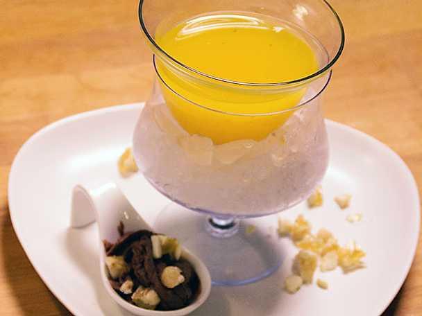 Isad clementinsoppa med chokladmousse gourmet och kanderade mandlar
