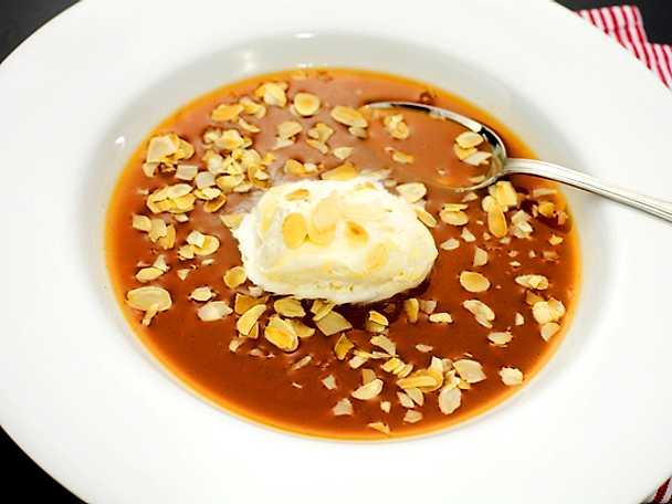 Isad nyponsoppa med rostad mandel och vaniljglass