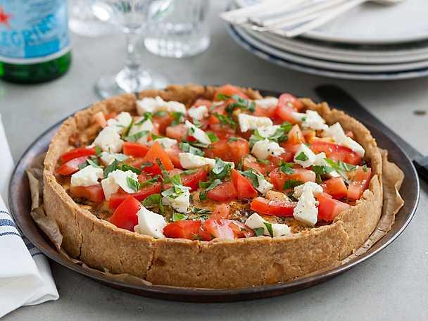Italiensk paj med mozzarella, tomat och basilika