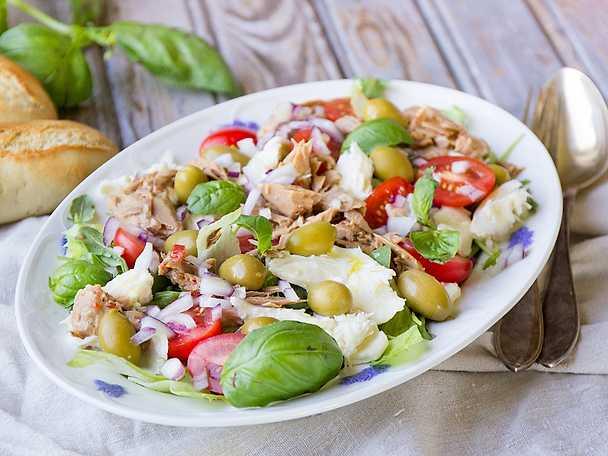 Italiensk tonfisksallad med oliver och mozzarella