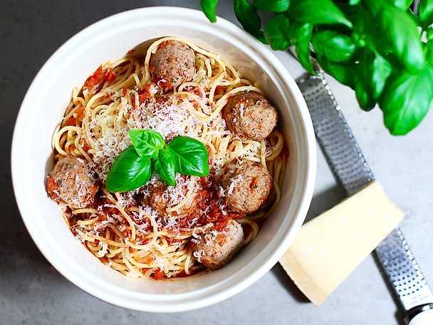 Italienska köttbullar i tomatsås med spaghetti