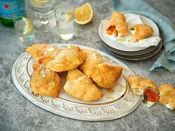 Italienska piroger med ost och soltorkade tomater