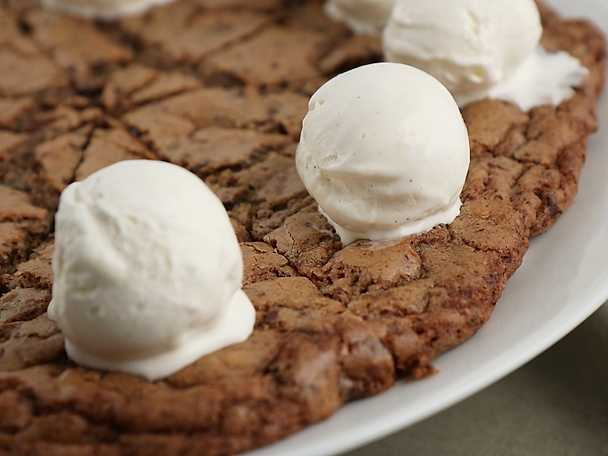 Jättecookie med tre sorters choklad