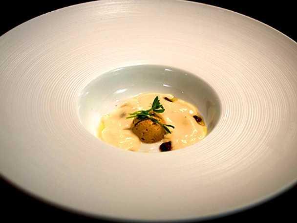 Jordärtskockssoppa med kantarellterrine och knaperstekt sidfläsk