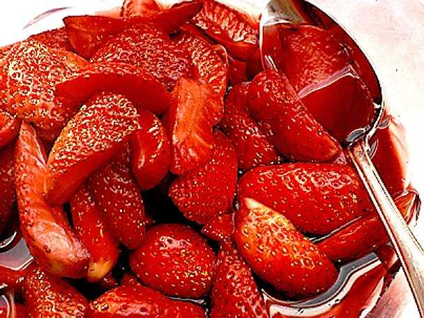 Jordgubbar i rödvin