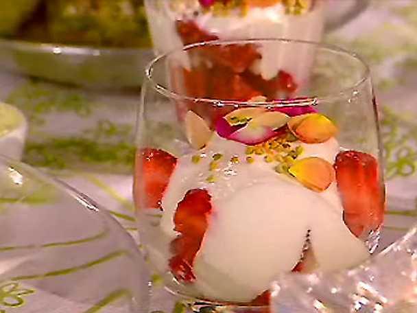 Jordgubbar på getostyoghurt med rosor och bipollen