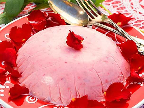 Jordgubbsmousse med rosenblad